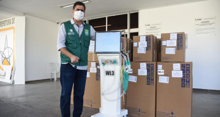 Respirador recebido pelo prefeito no Hospital Referência de Cuiabá-MT - Imagem Reprodução do Portal da Prefeitura